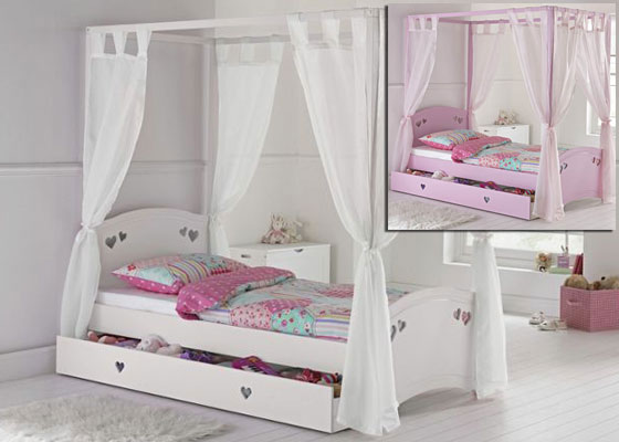 4-poster bed with heart design